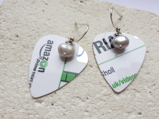 Green and plectrum earrings with freshwater pearl on rock