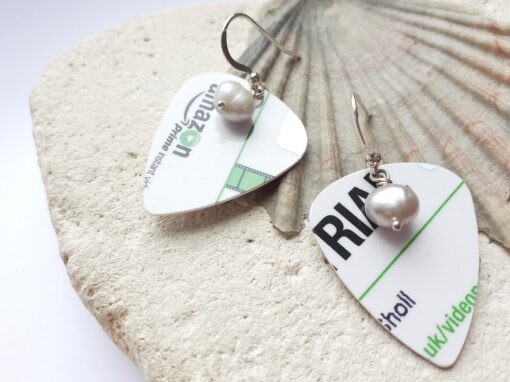 Green and plectrum earrings with freshwater pearl on shell